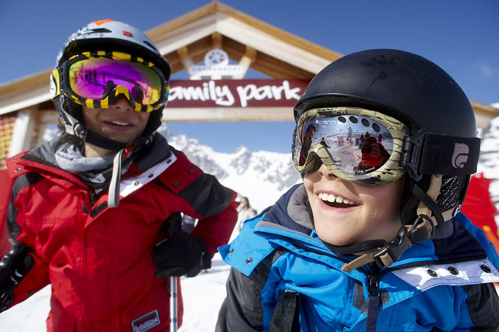 Enfants devant le Family Park de Courchevel